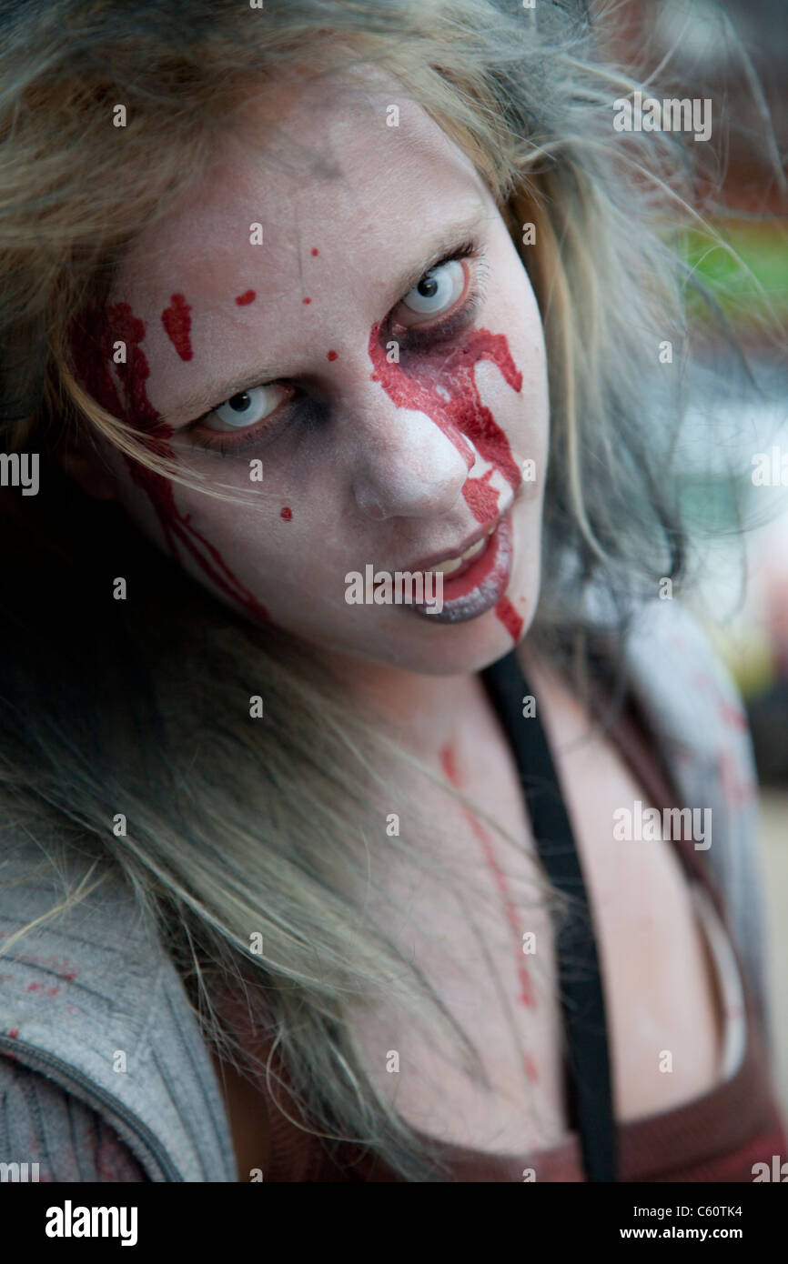 Halloween Zombie Kostüme Selber Machen Zombie Make Up Stockfotos Zombie Make Up Bilder Alamy