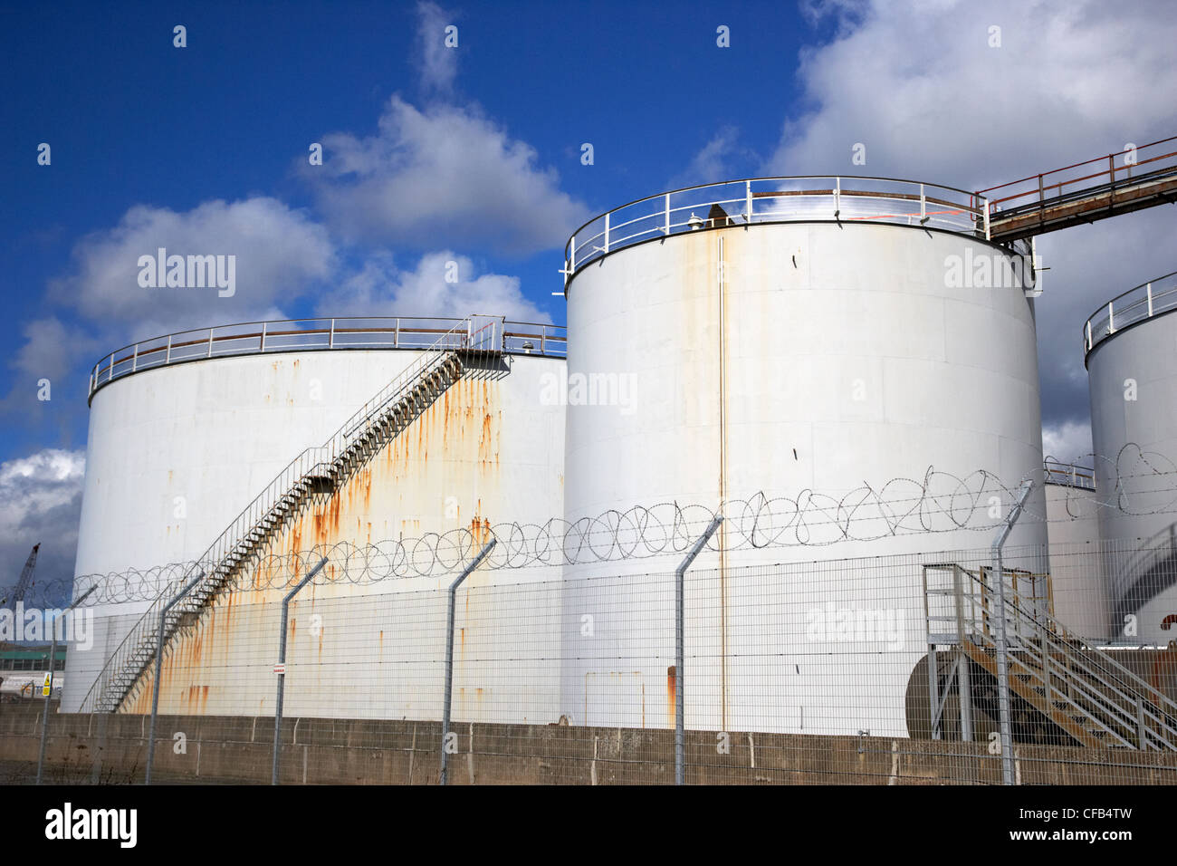 Container Haus Nordirland Tanks Oil Storage Facilities Stockfotos And Tanks Oil
