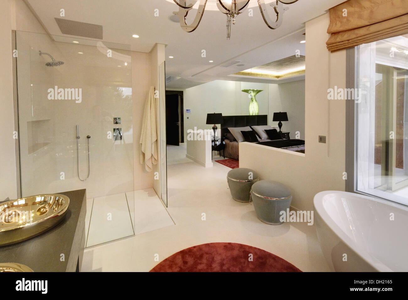 Großer Begehbarer Dusche Und Graue Stühle In Offene En Suite