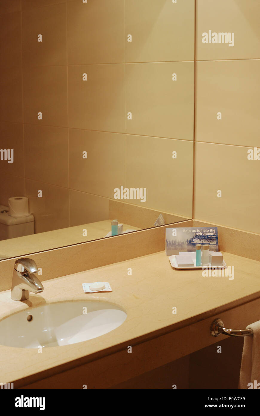 Wie Fliest Man Ein Modernes Bad Message Bathroom Mirror Stockfotos Message Bathroom Mirror