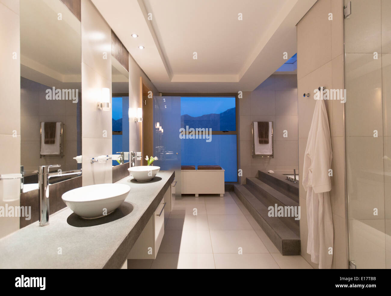Wie Fliest Man Ein Modernes Bad Wc Night Stockfotos Wc Night Bilder Alamy
