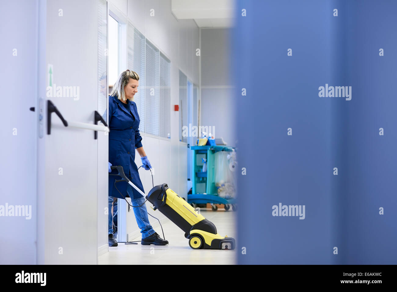 Parkett Politur Cleaner Vacuuming Women Stockfotos And Cleaner Vacuuming