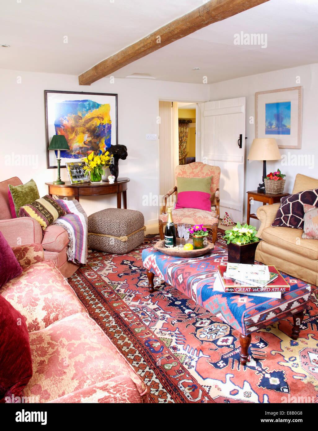 Wohnzimmer Teppich Bunt Rot Gepolsterten Sofa Und Couchtisch Weiss