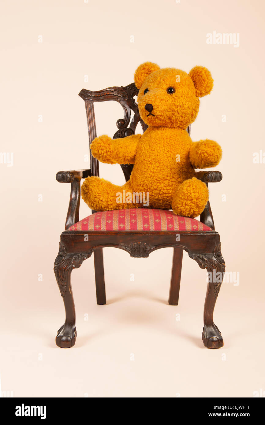 Teddy Sessel Chair And Teddy Bear Isolated Stockfotos Chair And Teddy Bear