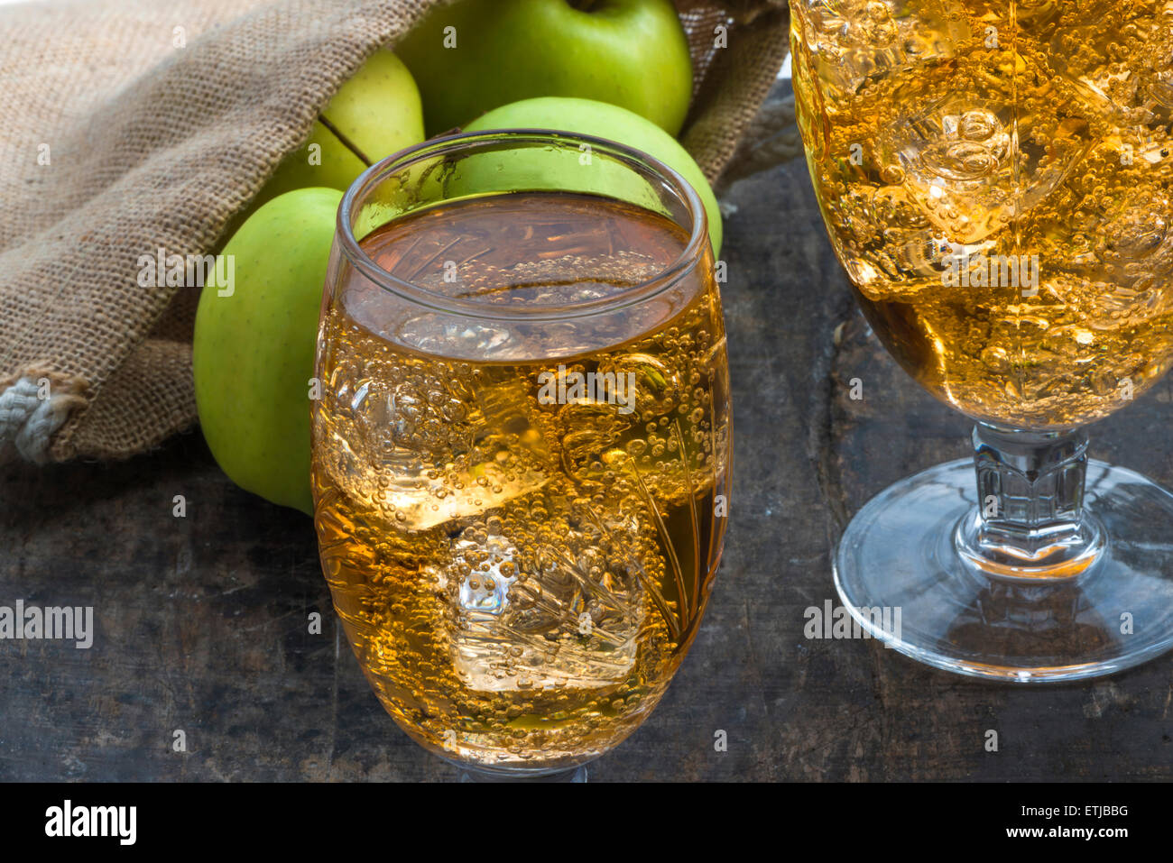Holztisch Glas Glass Ice Cold Cider Apples Stockfotos And Glass Ice Cold