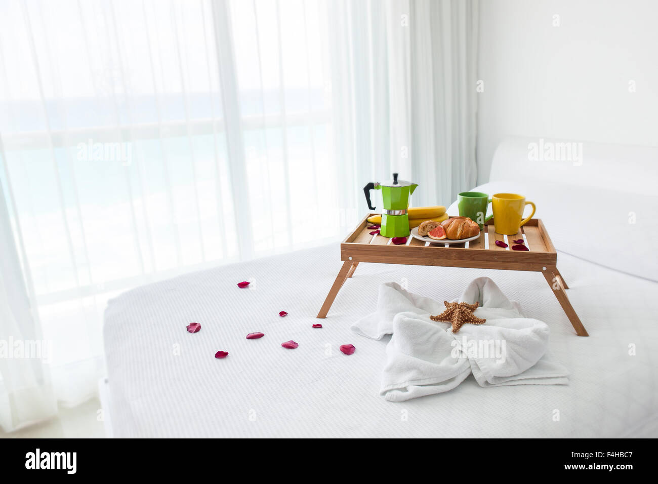 Holztablett Dekorieren Petals On Bed Hotel Stockfotos And Petals On Bed Hotel
