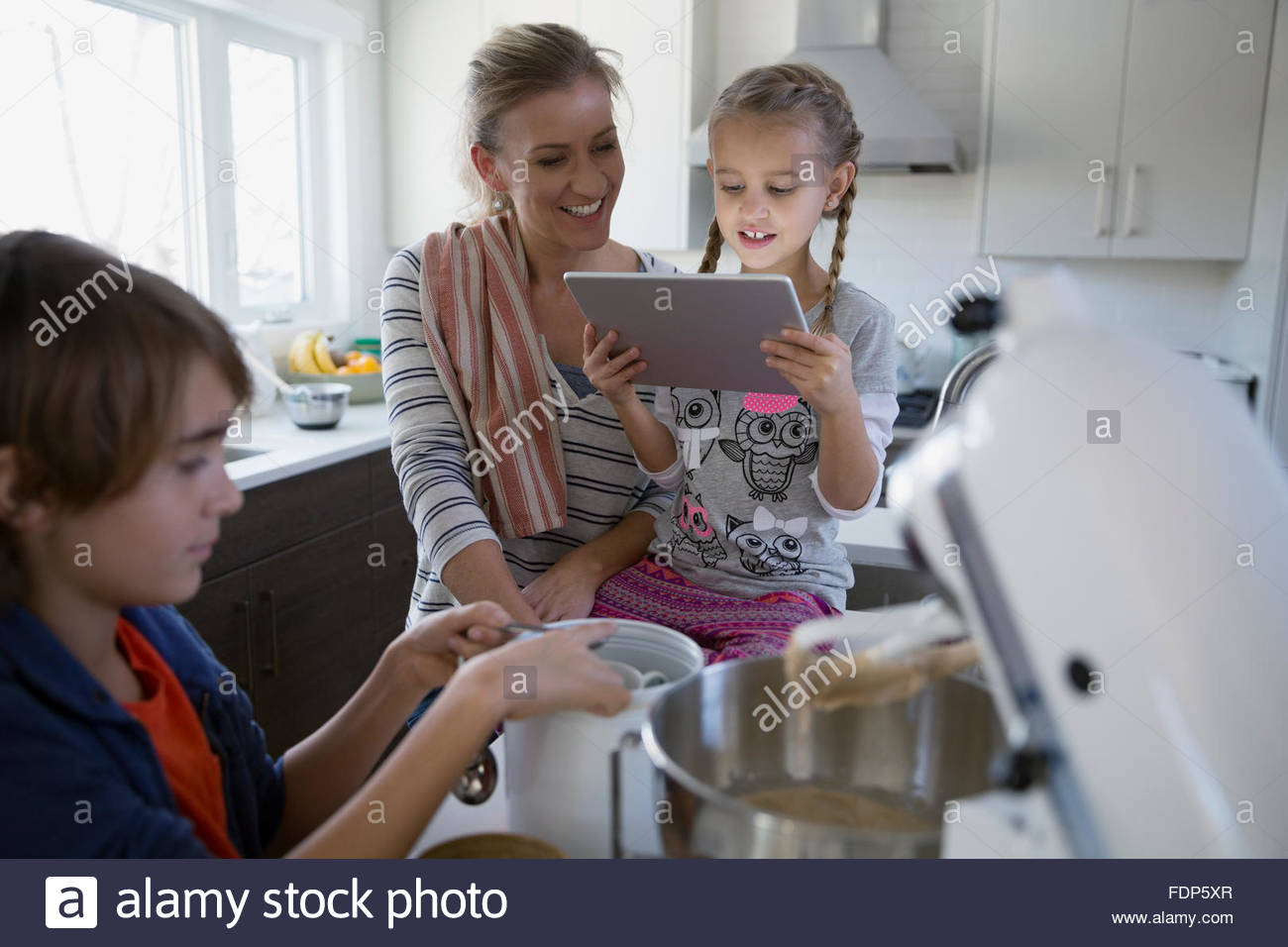 Tablet Kinder Küche Baking Stockfotos And Baking Bilder Alamy
