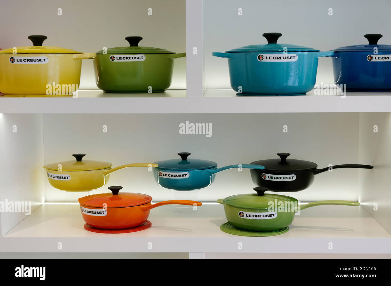 Emailliertes Gusseisen Cookware Stockfotos And Cookware Bilder Alamy
