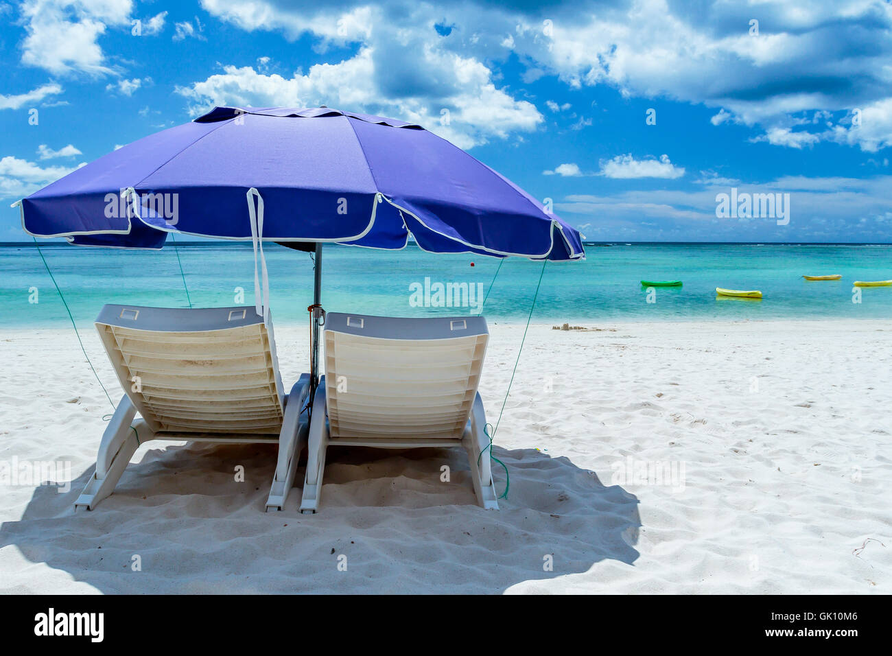 Pair Beach Lounge Chairs Umbrella Stockfotos Pair Beach