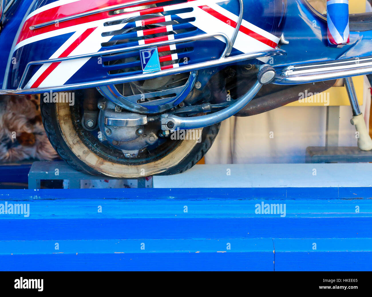 Roller Spiegel Nach Unten Flag Scooter Stockfotos And Flag Scooter Bilder Alamy