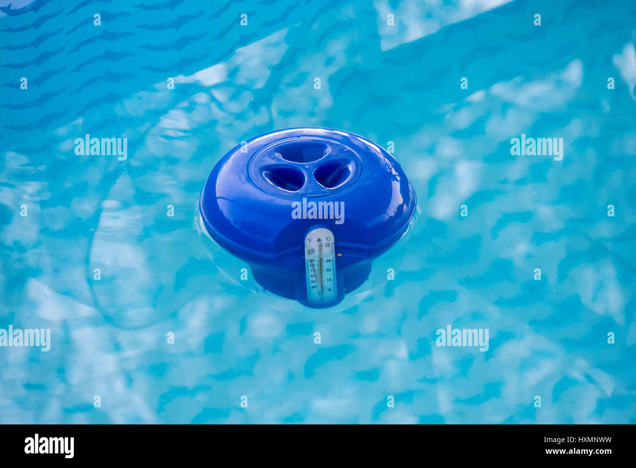 Chlor Pool Temperatur Blauen Pool Chlor Spender Im Wasser Stockfoto Bild 136909861 Alamy