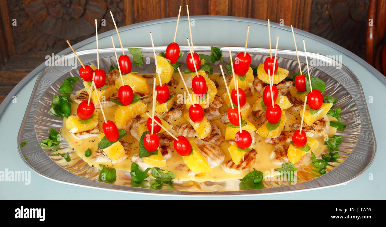 Kleine Party Snacks Kleine Party Spieße Mit Snacks Stockfoto Bild 138339413 Alamy