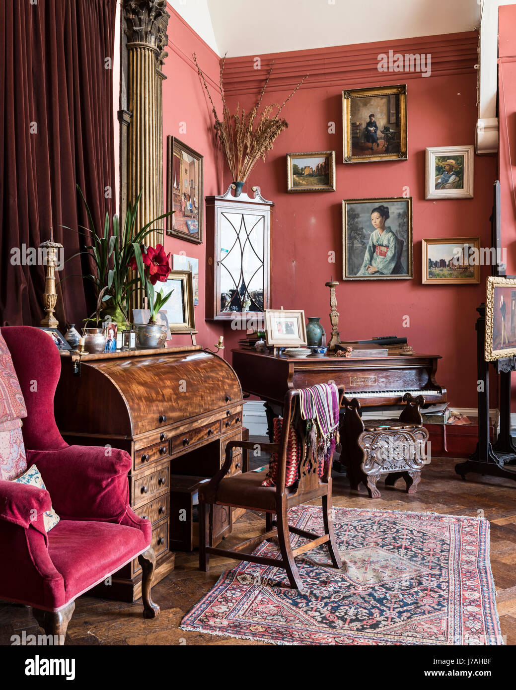 Roter Ohrensessel Wingback Chair Stockfotos And Wingback Chair Bilder Alamy