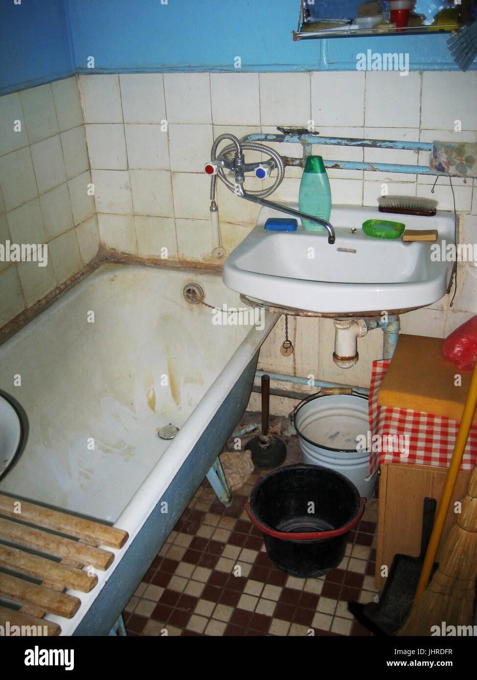 Dreckiges Badezimmer | Fugen Reinigen Das Sind Die Besten Mittel ...