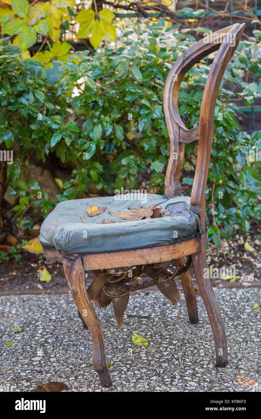 Holzstuhl Unlackiert Abandoned Furniture Chair Stockfotos Abandoned Furniture