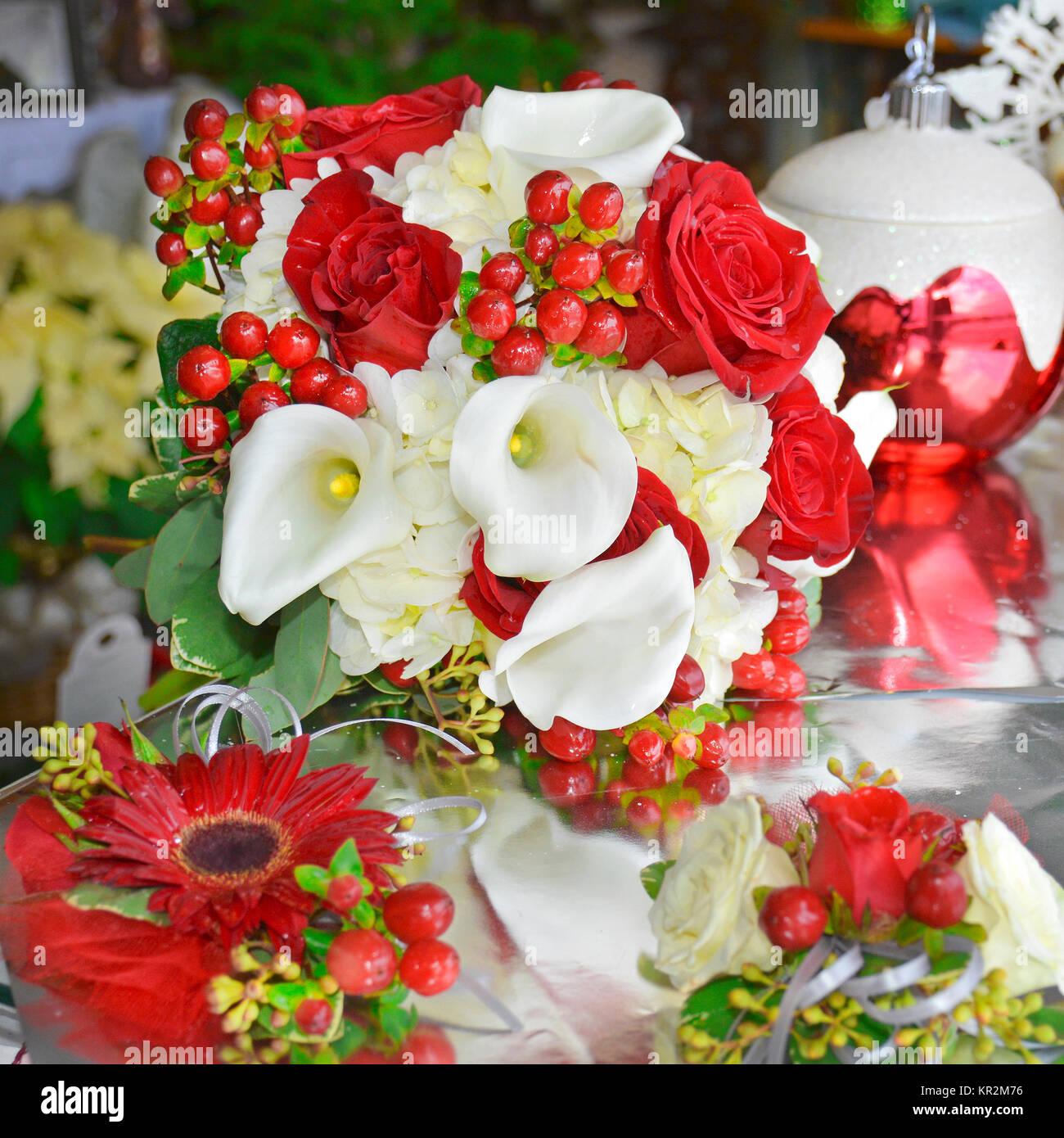 brautstrauß lilien rosen