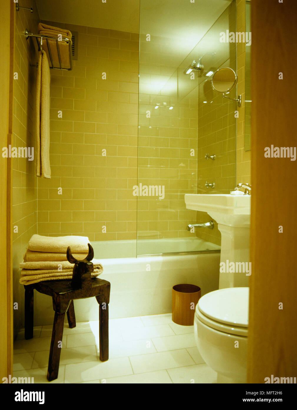 Blick Durch Die Offene Tür Zu Kompakten Gefliestes Badezimmer Mit