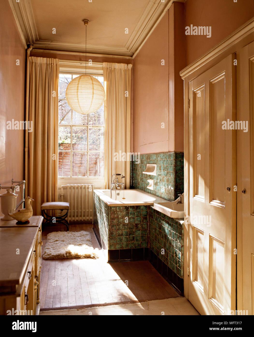 Fliesen Bad Farbe   Modernes Zeitloses Bad Mit Praktische Nischen ...