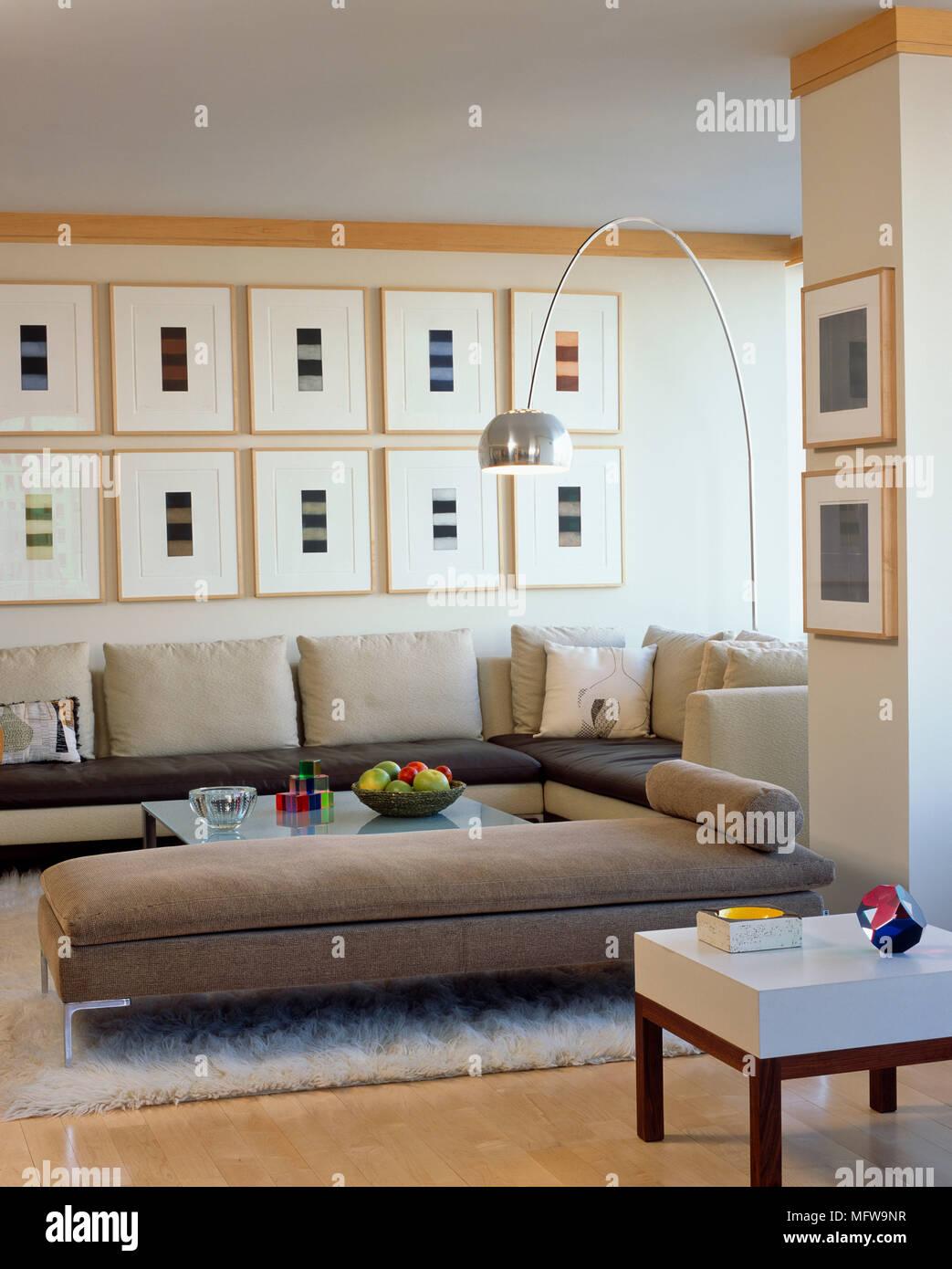 Arco Stehleuchte über Gepolsterte Liege Und Sofa Um Couchtisch