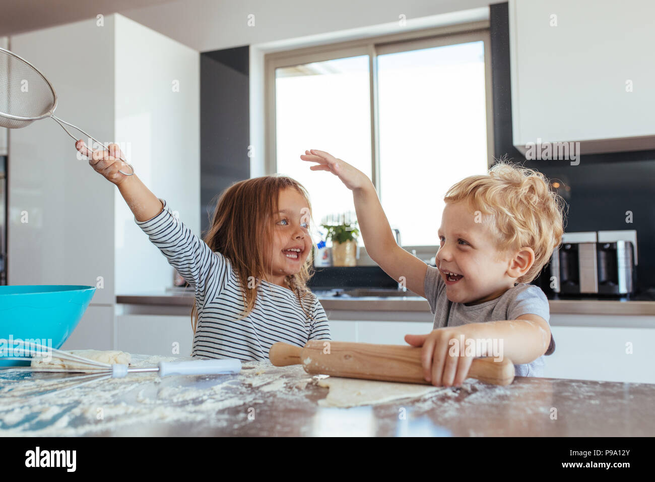 Lustige Bilder Küchenarbeit Small Boy Cooking Together Sister Stockfotos Small Boy Cooking