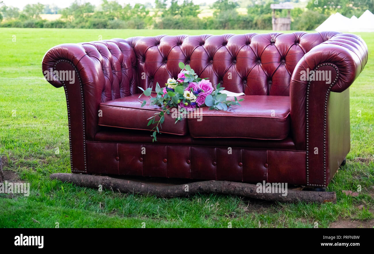 Chesterfield Sofa Leder Rot Rot Leder Chesterfield Sofa Mit Log Auf Der Vorderseite Wedding