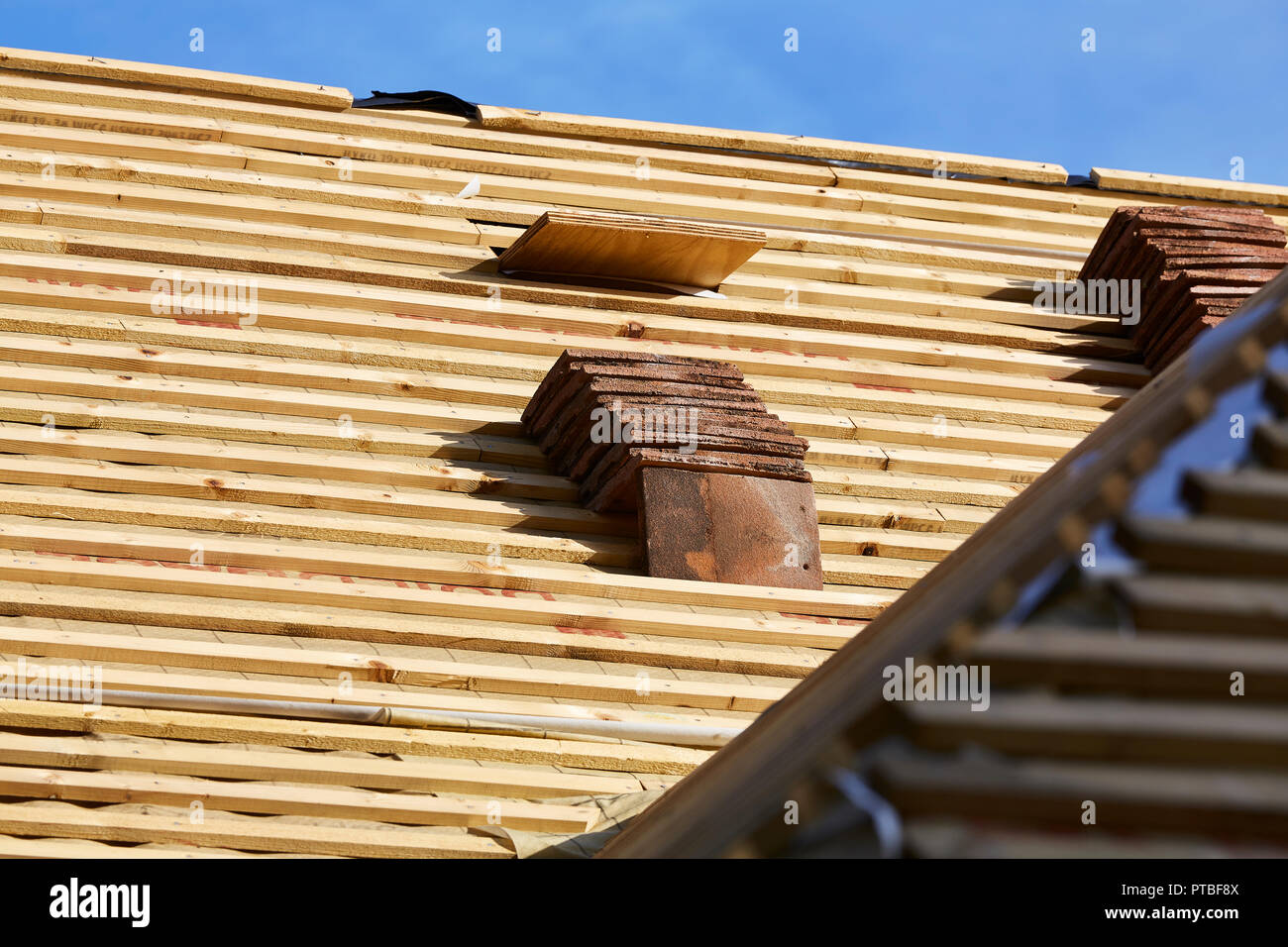 Dachpfannen Verlegen Roofing Tiles Stockfotos Roofing Tiles Bilder Alamy