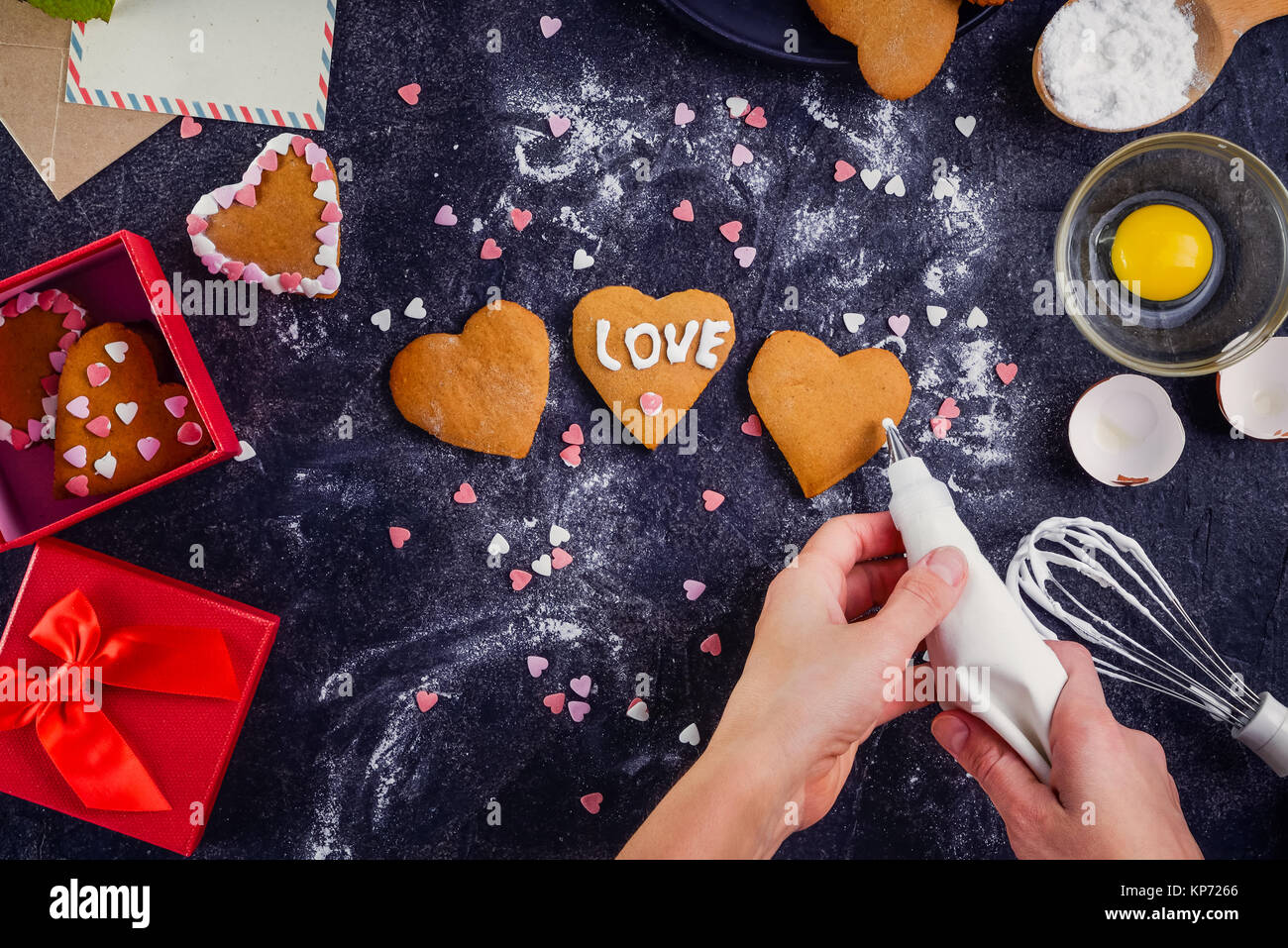 Como Decorar Galletas De Corazon Vista Superior Manos Femeninas Decorar Galletas Caseras En Forma