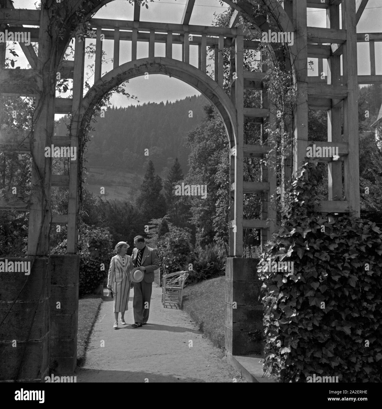 Gartenpavillon Nostalgie Woman Promenading Photos Woman Promenading Images Alamy