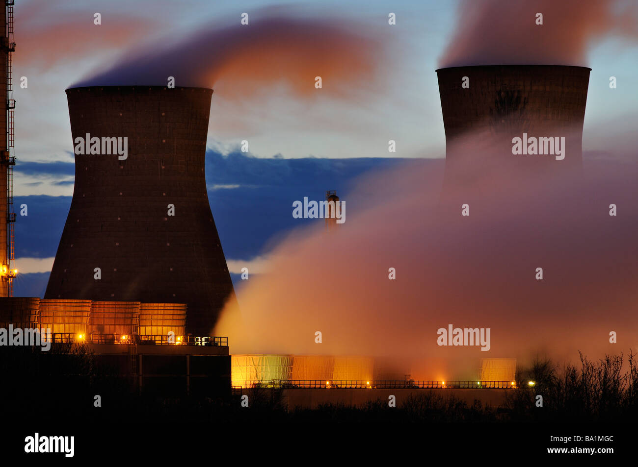 Steam Rising From Cooling Towers Banque D Image Et Photos Alamy