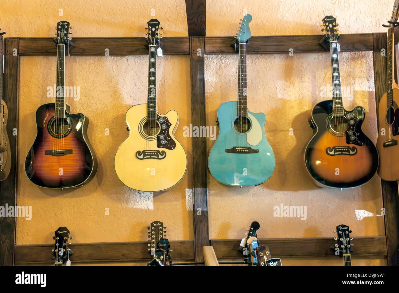 Colorés Et Quatre Epiphone Fender Guitare Acoustique Accrocher Sur Le Mur D Un Magasin De Musique à Micanopy Pittoresque En Floride Photo Stock Alamy
