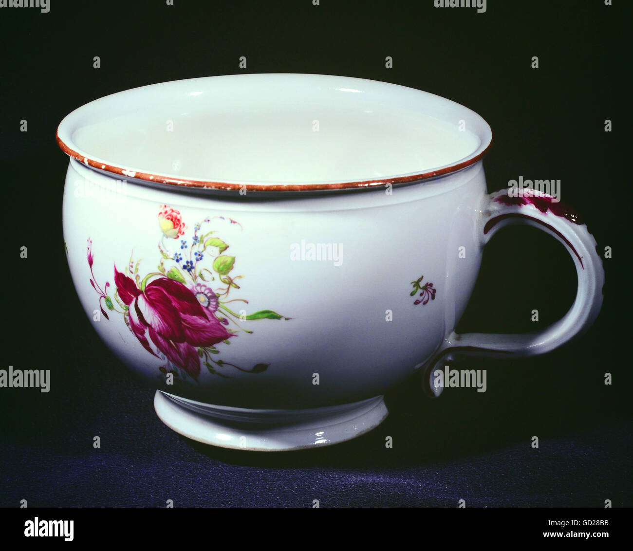 Bourdaloue Pot De Chambre Porcelain Pot Photos Porcelain Pot Images Alamy