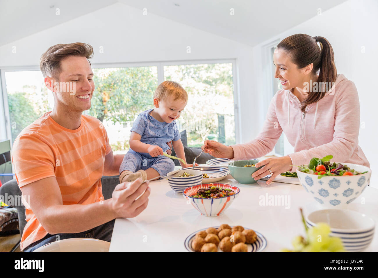Mature Dans La Cuisine Lunch Photos And Lunch Images Alamy