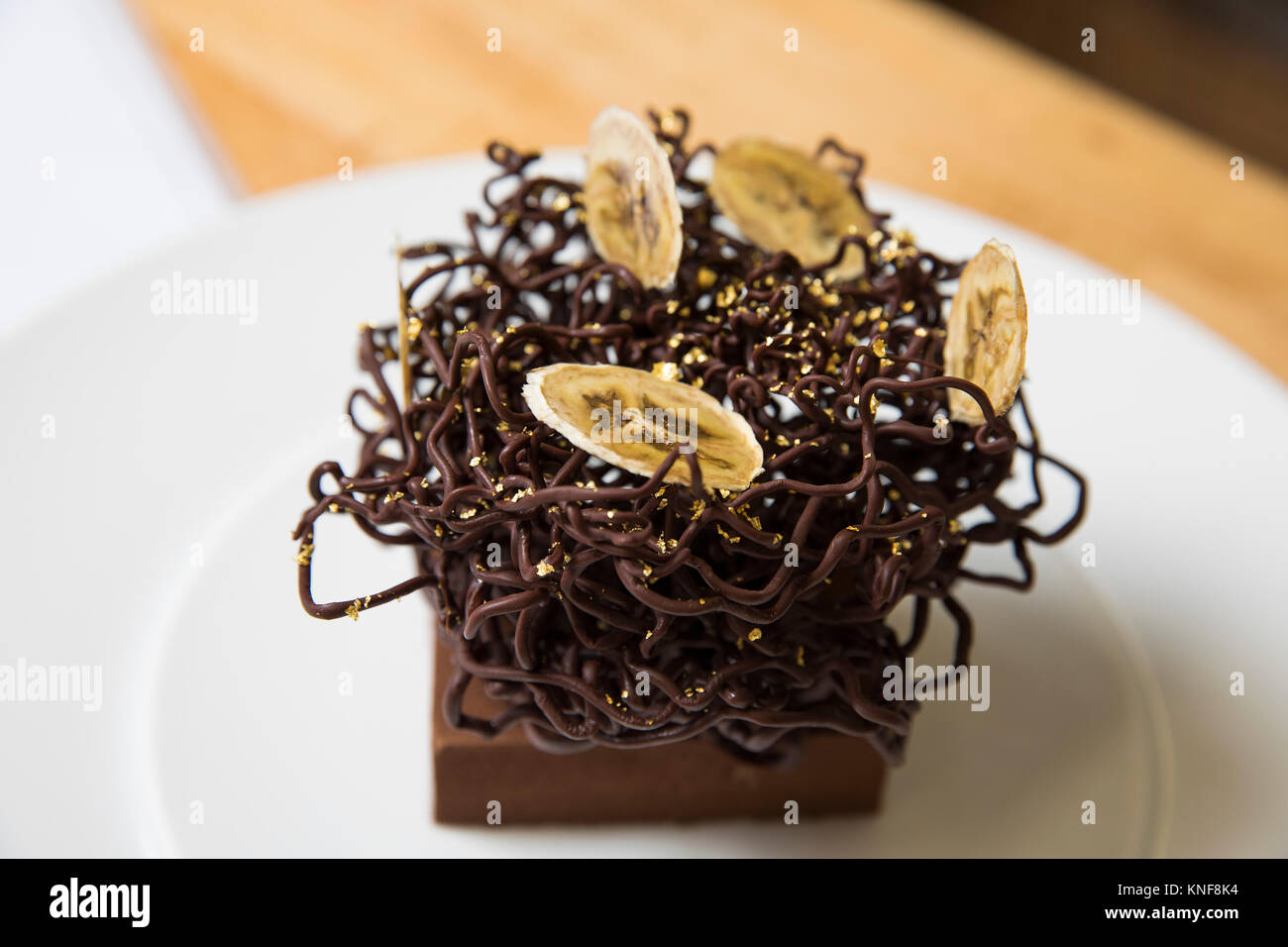 Tranches De Banane Séchée Et Chocolat Décoration Gâteau Nid On Cake Photo Stock Alamy