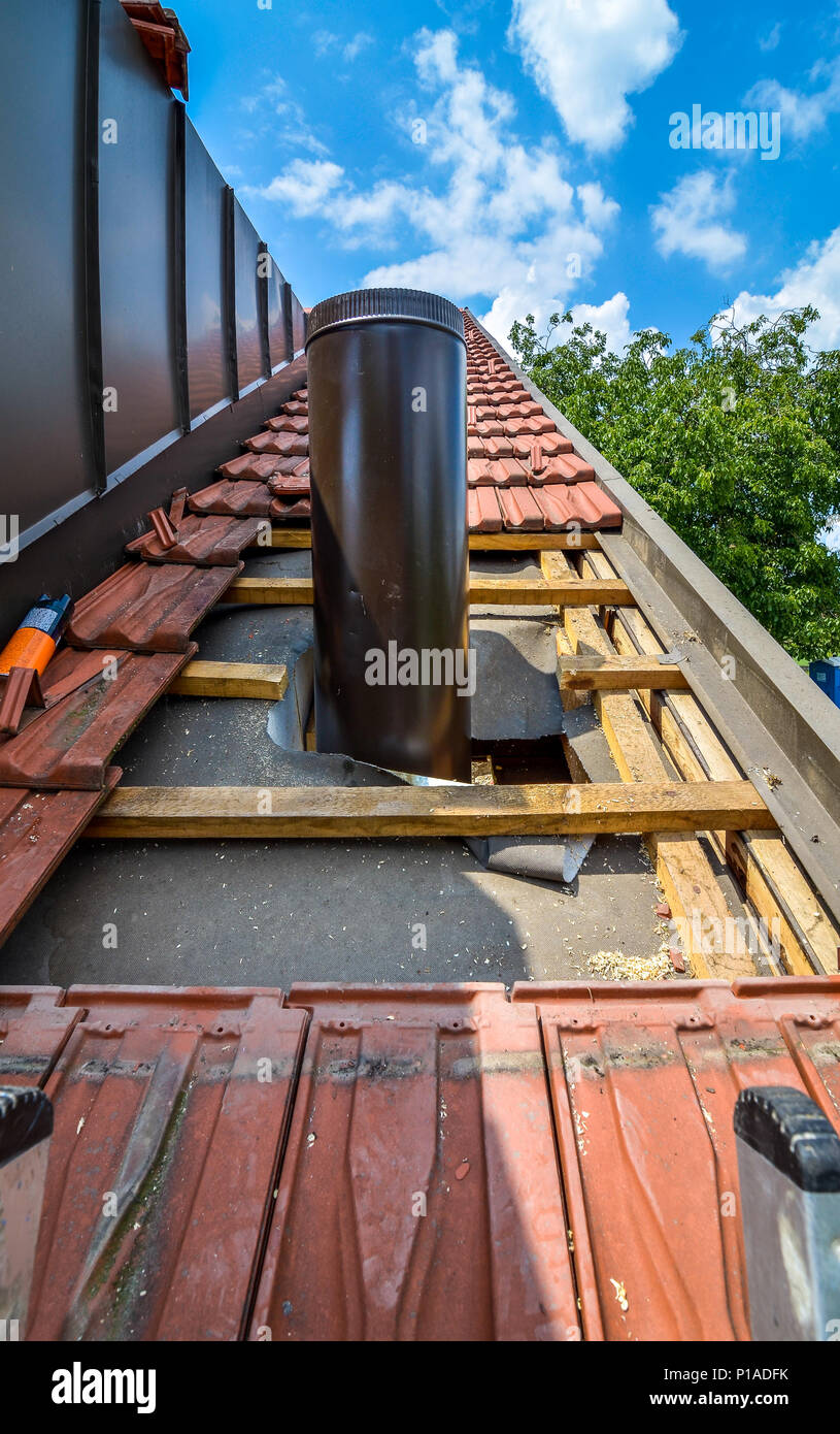 Cheminee Exterieure De Toit Installing Chimney Photos Installing Chimney Images Alamy