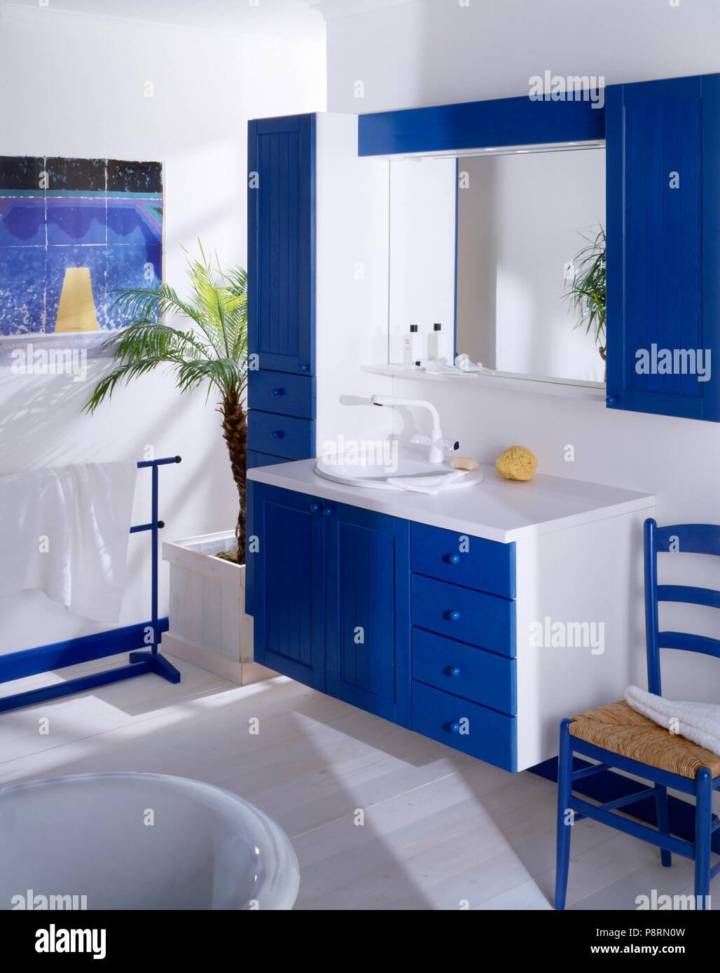 Salle De Bain Bleu Blanc | Serviette Bleu Sur Socle à Côté De ...