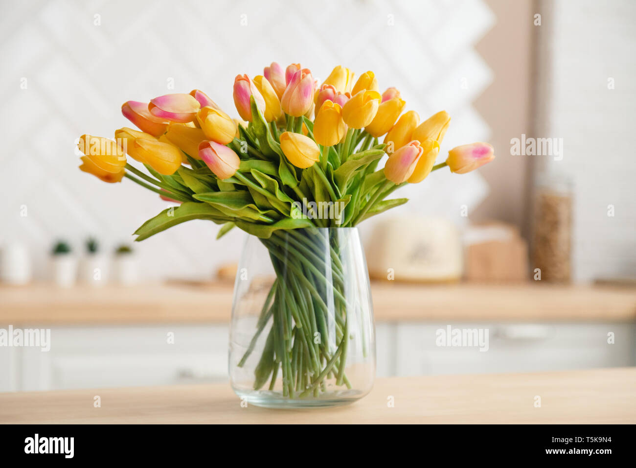 Composition Florale Dans Grand Vase Transparent Transparent Glass Vase Photos Transparent Glass Vase Images Alamy
