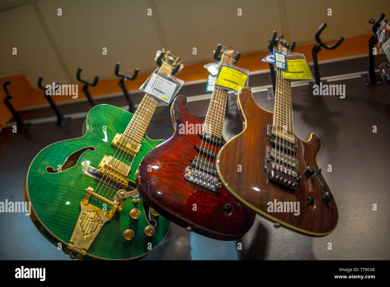 Hanging Electric Guitar Banque D Image Et Photos Alamy