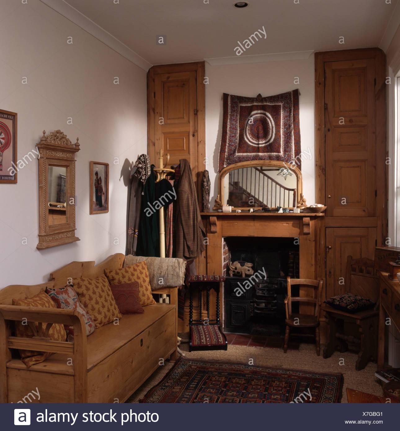 Pin Antique S Installer Dans Un Petit Salon Avec Cheminée Et Un