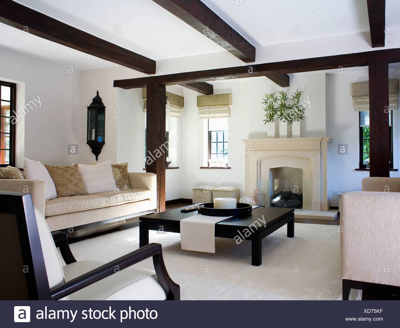Canapé Beige Et Grand Café Noir Blanc Table In Modern Cottage Salon Avec Cheminée En Pierre Et Tapis Blanc Photo Stock Alamy