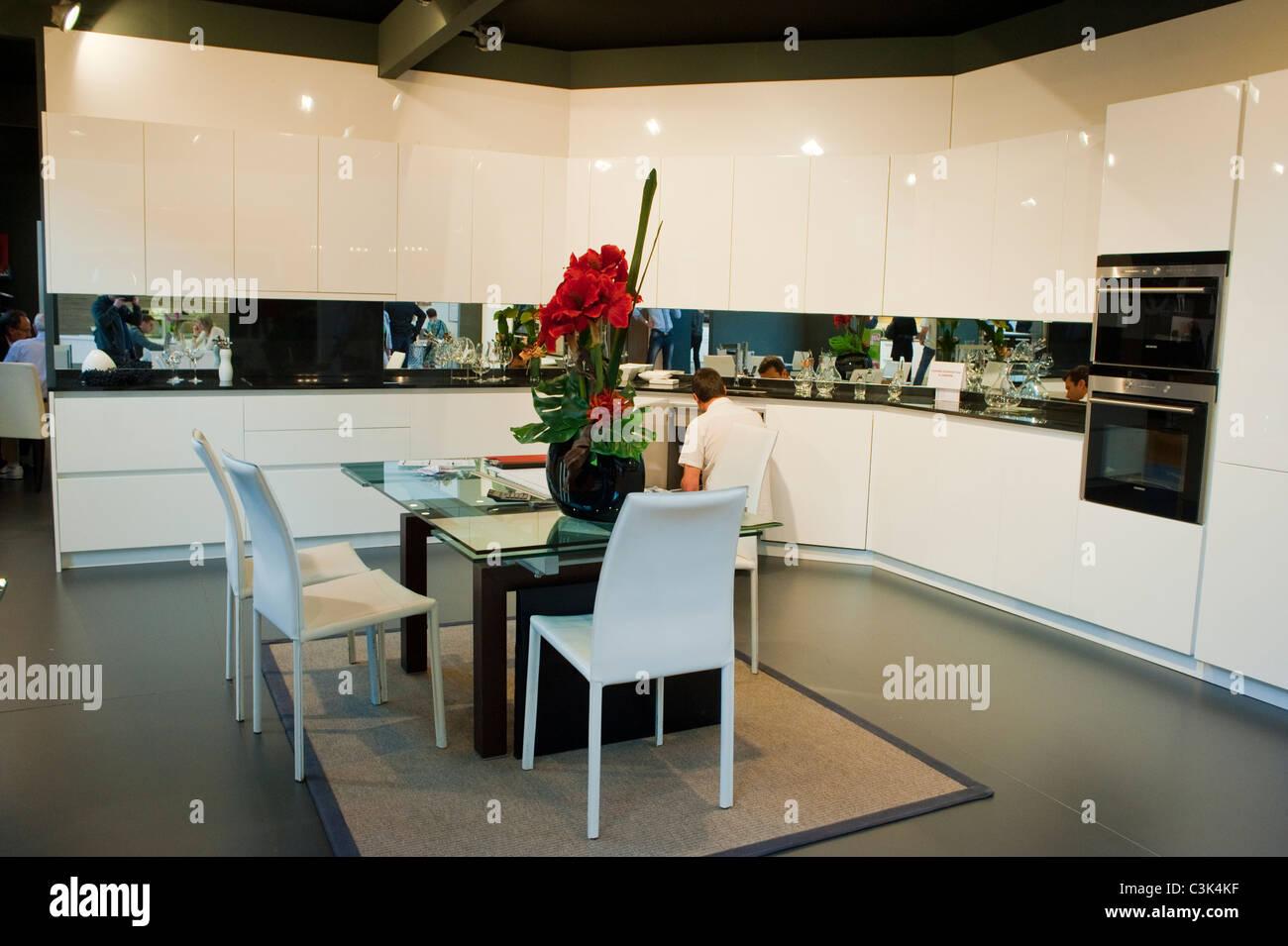 Cucina In Linea Moderna | Linea Piana Cucine Snaidero Showroom Bari ...