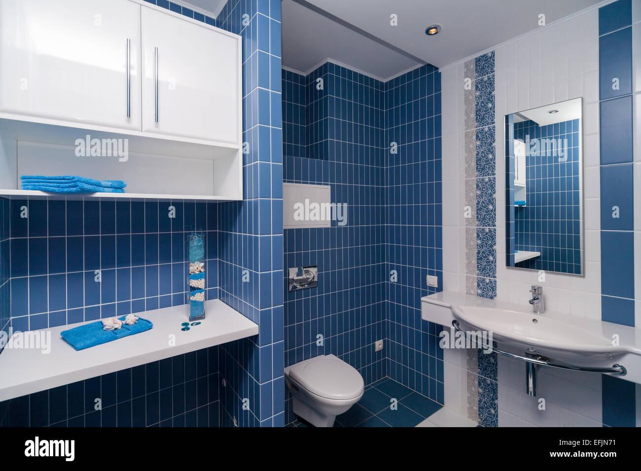 Piastrelle bagno bianche brown ad effetto spugna sopra le pareti