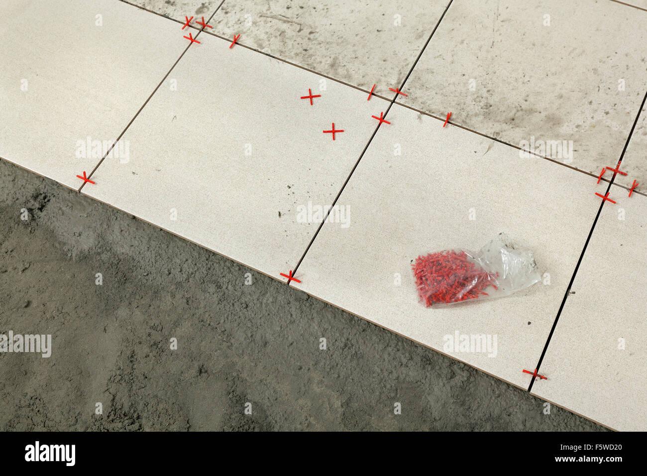 Distanziatori per pavimenti sistema a cunei per la posa di