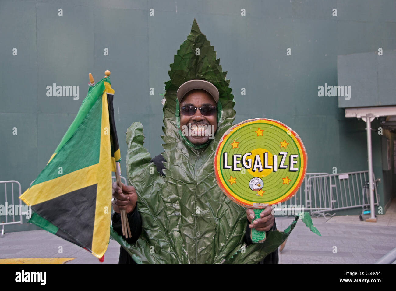 Pentola Jamaica Jamaica Man Smoking Marijuana Immagini Jamaica Man Smoking
