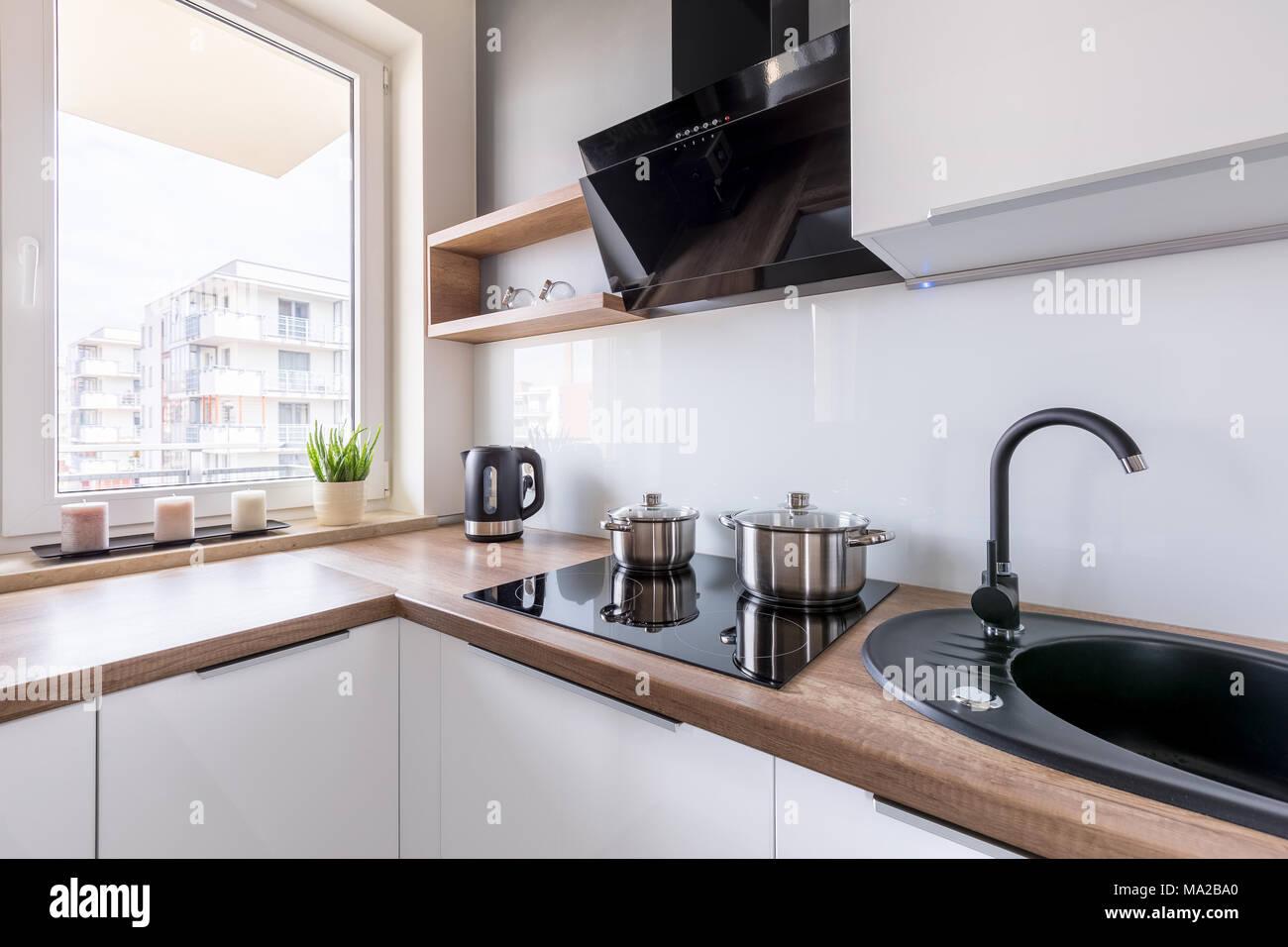 Cucina bianca con piano nero piastrelle per cucina bianca