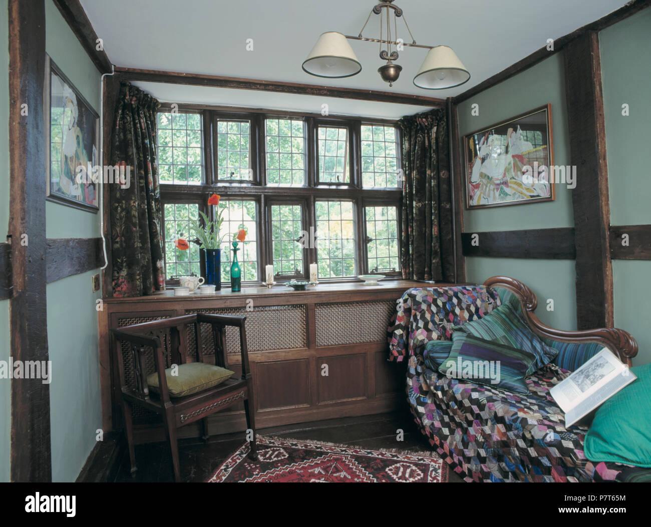 Sgabello Legno Alto Patchwork : Sedie legno patchwork piccola sedia di legno accanto alla finestra