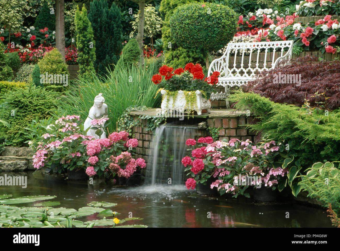 Cascate da giardino moderne 40 foto di bellissimi for Pesci per laghetti esterni