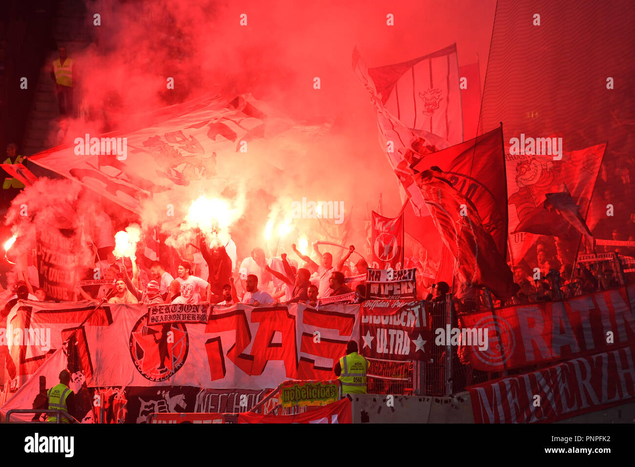 Tifo Bengalo Soccer Ball Flames Immagini Soccer Ball Flames Fotos Stock Alamy