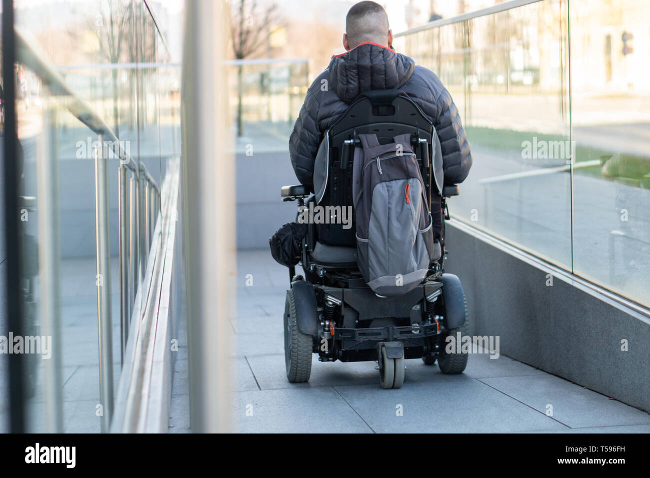 Sedia Elettrica Invenzione Disabled Man In Electric Wheelchair Immagini Disabled Man In