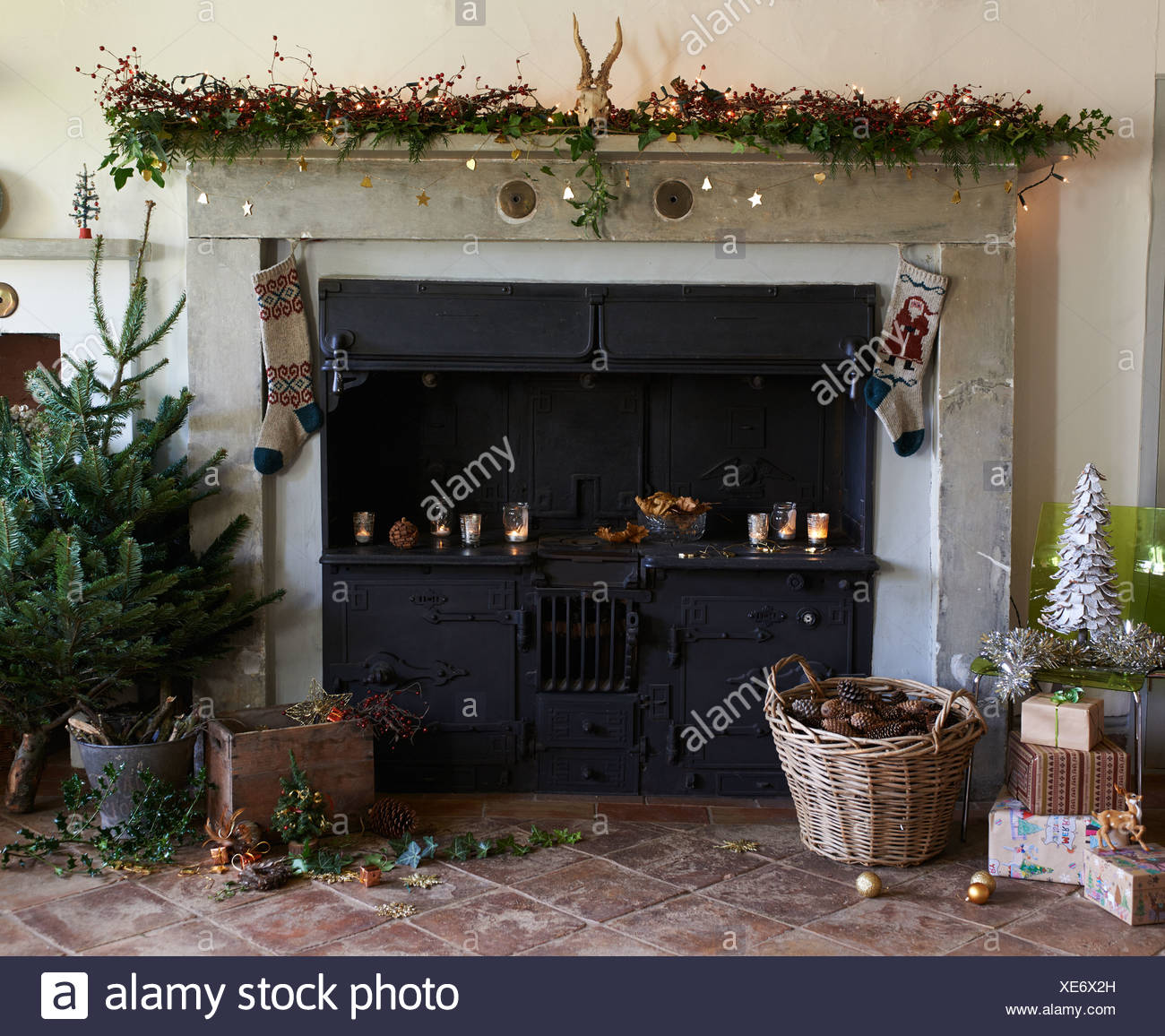 Decorare Caminetto A Natale Camino Decorato Per Il Natale Foto Immagine Stock 284123241 Alamy