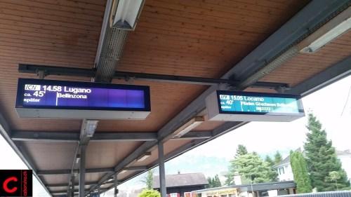 Ungewohnte LED-Anzeige im Bahnhof Brunnen